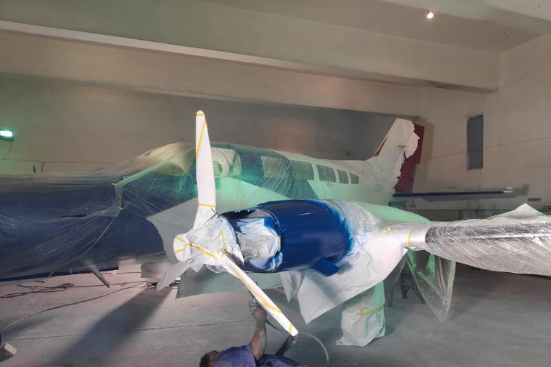 avion en taller de pintura
